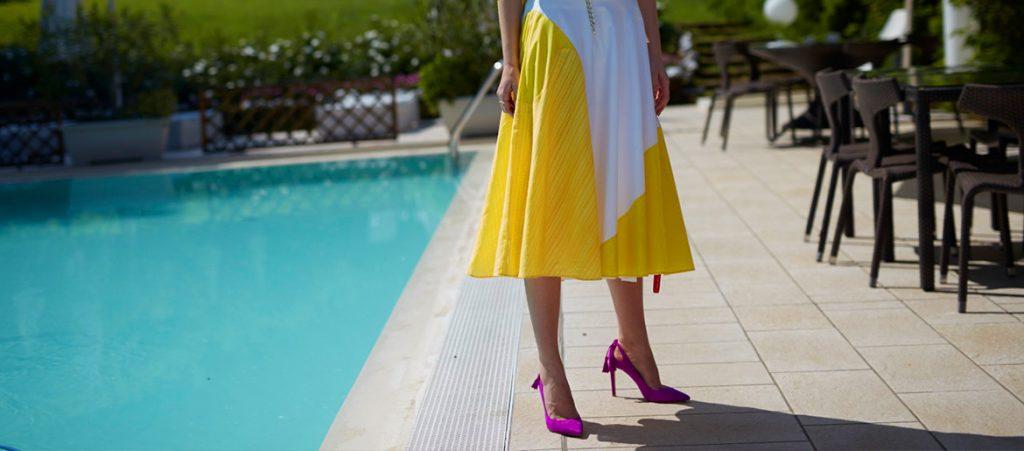 Milyen cipő illik sárga ruhához