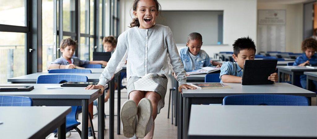 Kislány egy osztályteremben