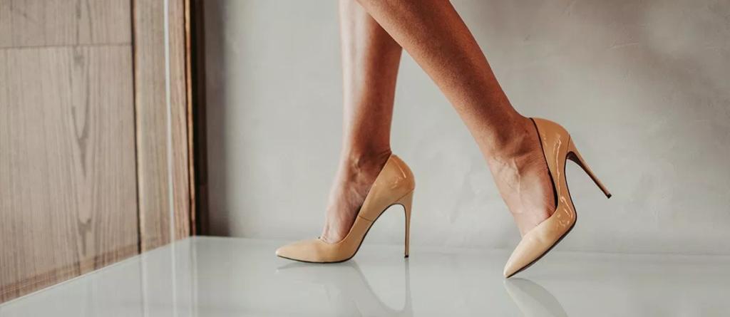 Bézs színű magastűsarkú cipő