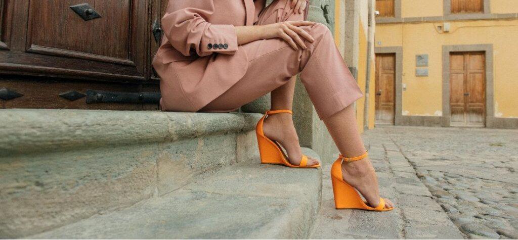 narancssárga szandál ék alakú sarokkal