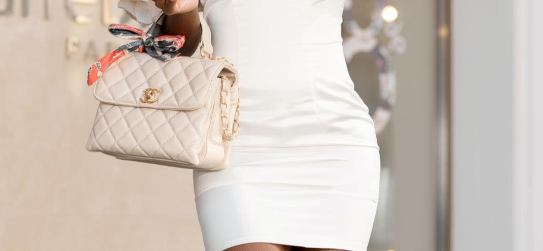 Hölgy egy steppelt táskával
