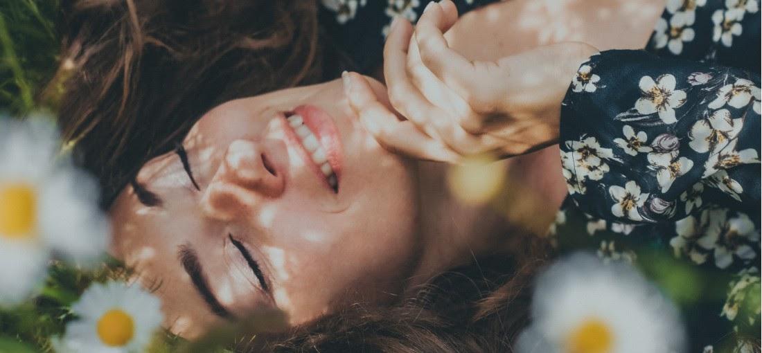 nevető nő virágos ruhában