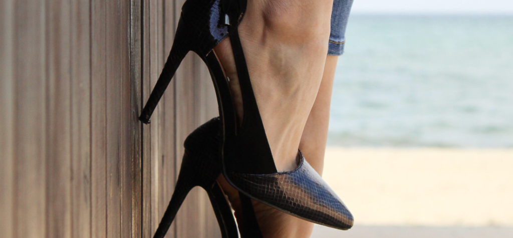 Fekete tűsarkú cipő