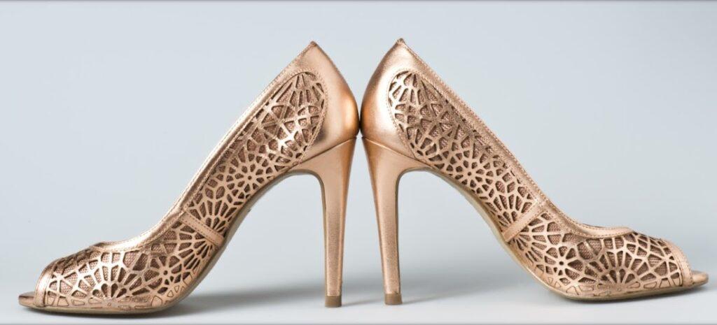 Mivel és hogyan érdemes áttört mintás cipőt viselni?