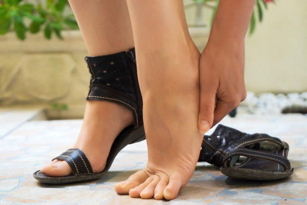 Hogyan nyújtsam ki a cipőmet? Megoldások a problémára, ha a cipő túl kicsi